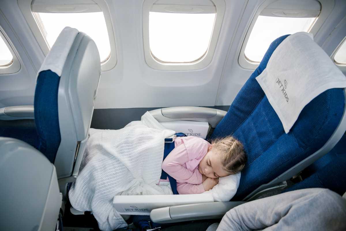 Может ли ребёнок лететь на самолёте без родителей