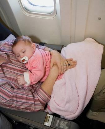 Как лететь в самолете с грудным ребенком: что взять, правила перевозки