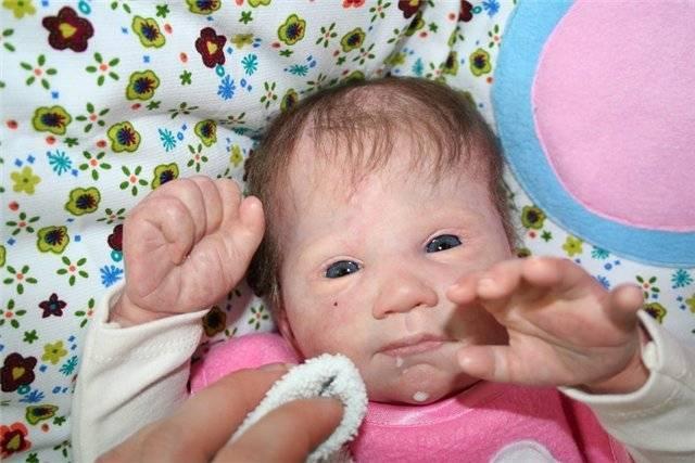 У трехмесячного ребенка текут слюни пузырями и кулак во рту | yurys.ru