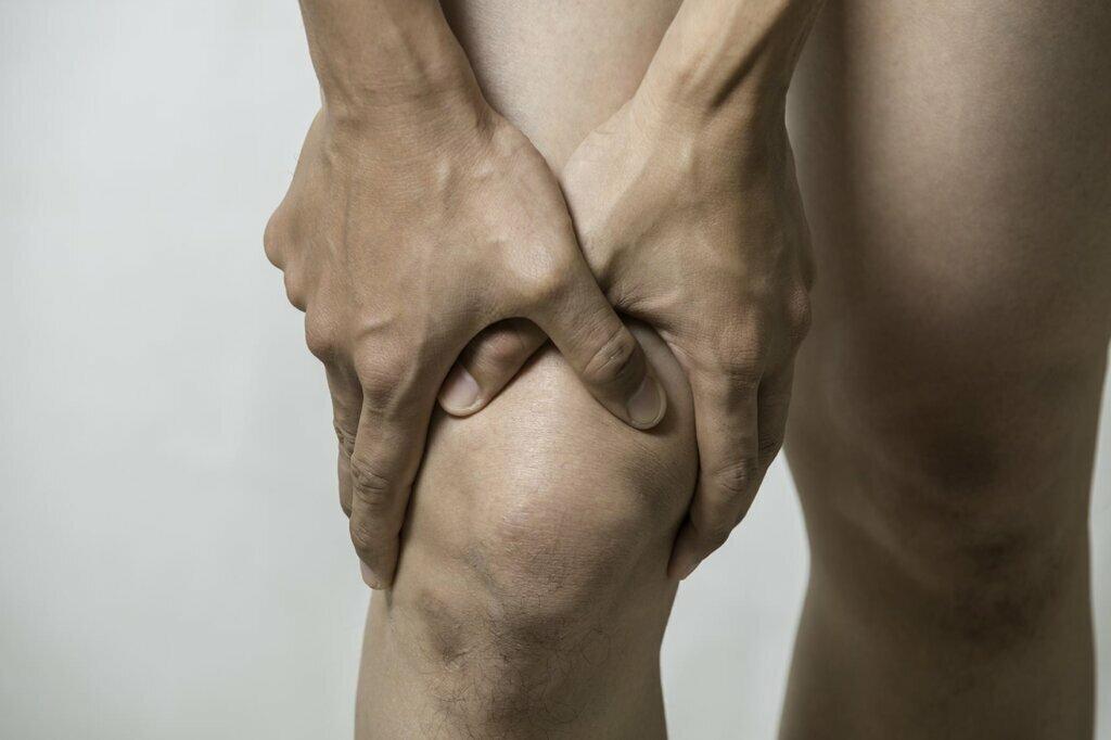 Болят колени при приседании и вставании: причины и лечение