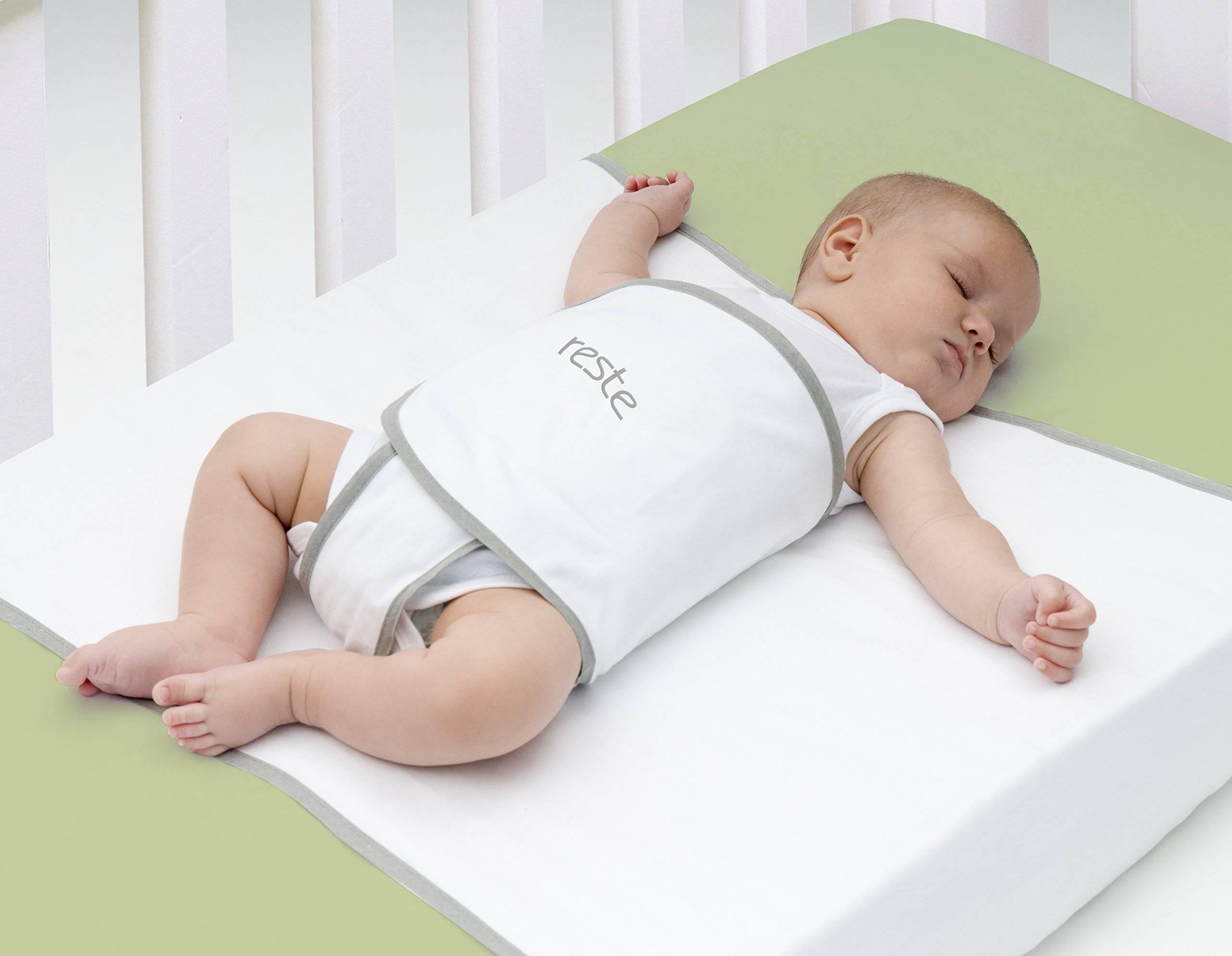 Как должен спать новорожденный, в какой позе правильно укладывать
