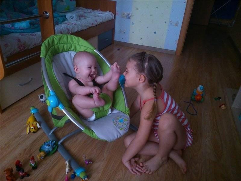 Когда новорожденный начинает улыбаться осознанно и смеяться в голос?