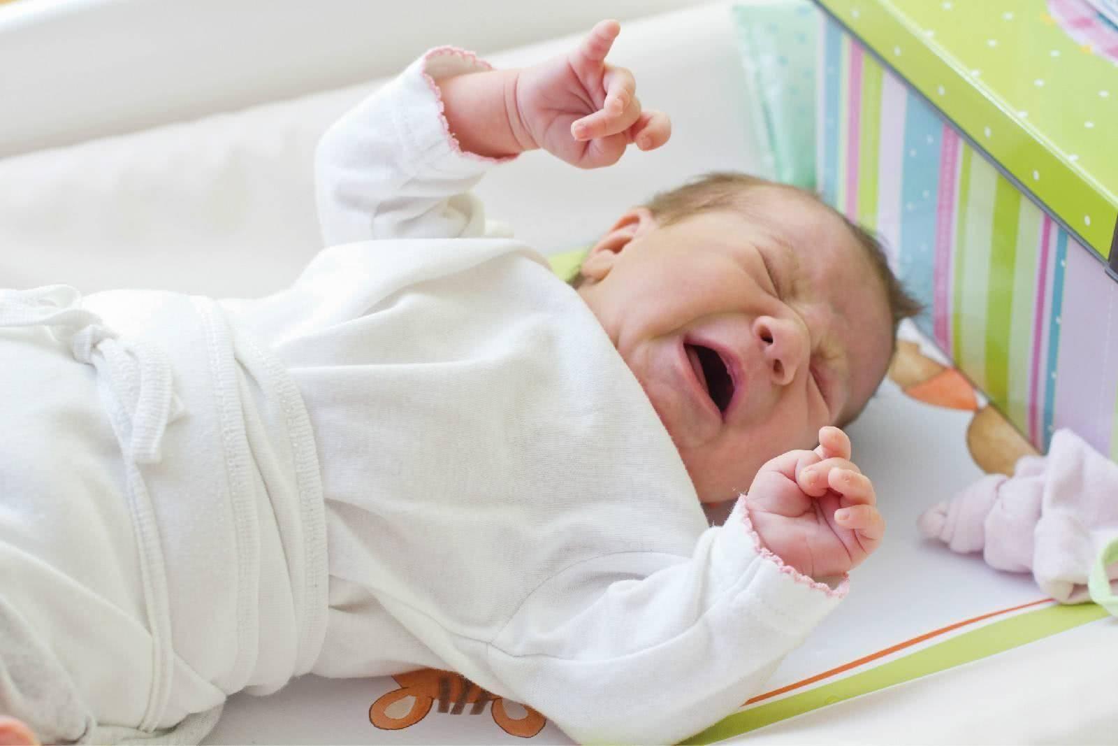 Почему ребенок вздрагивает во сне, новорожденный дергается во сне