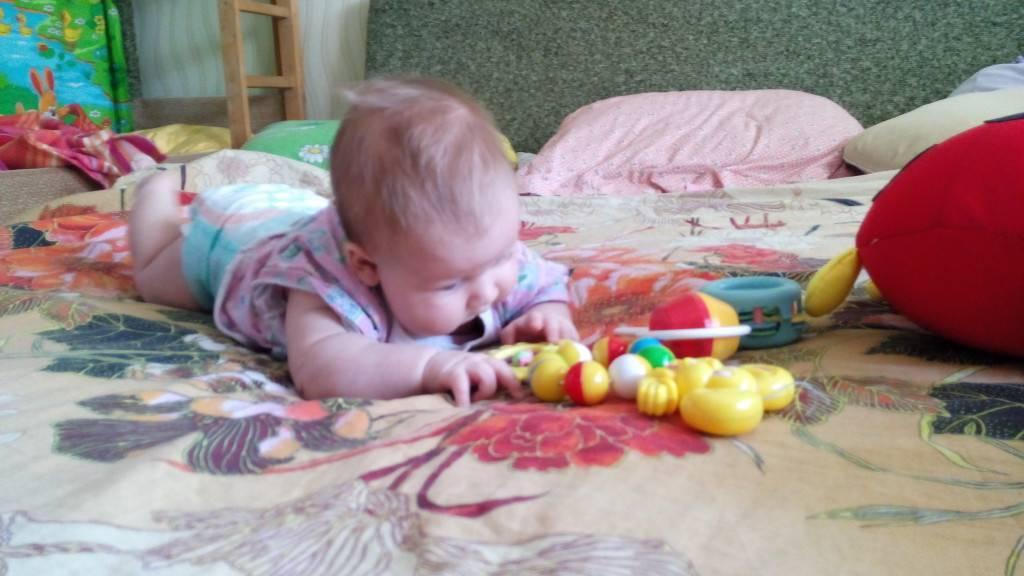 Как развивать ребенка в 1 месяц ?: первые игрушки для новорожденного, игры