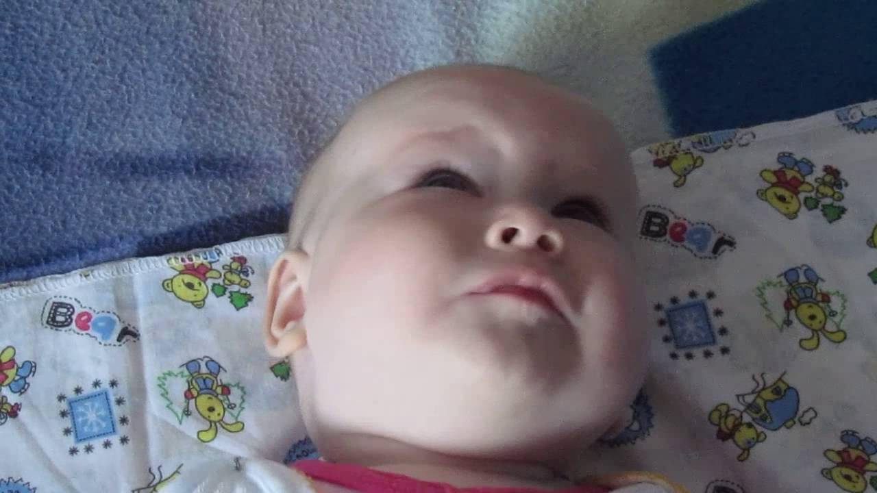 Ребенок закатывает глаза вверх или в сторону, когда засыпает или спит - почему это происходит? | симптомы | vpolozhenii.com