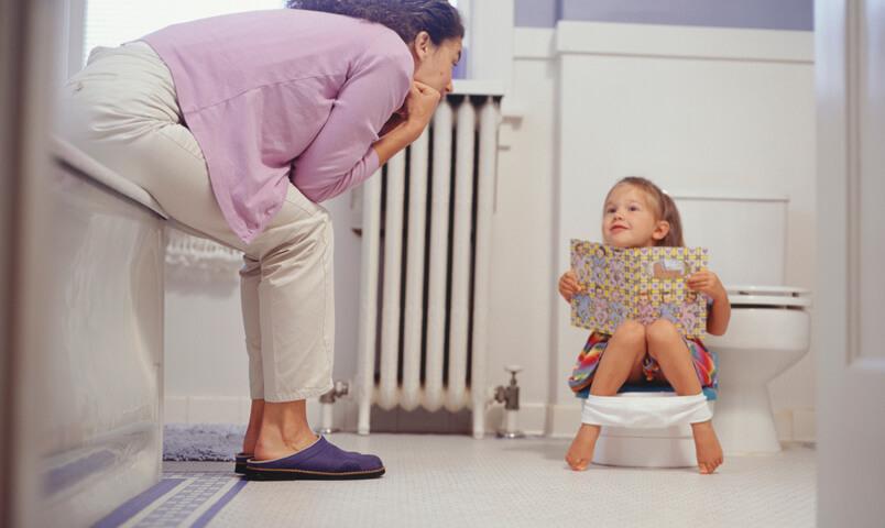 Как отучить ребенка ночью писать в кровать: советы родителям - для мам