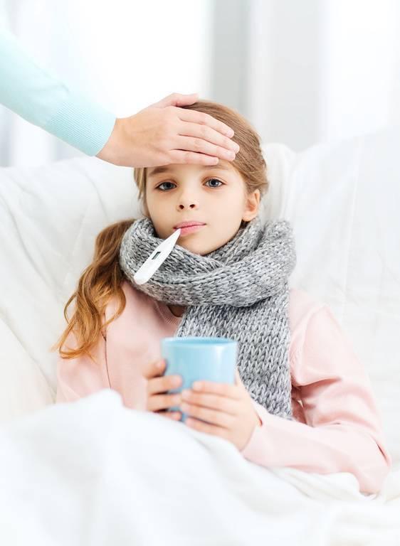 Можно ли купать ребенка при насморке без температуры комаровский видео