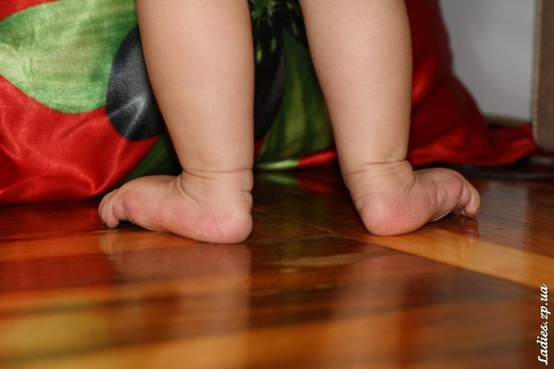 Когда ребенок начинает самостоятельно стоять на ножках и как его научить