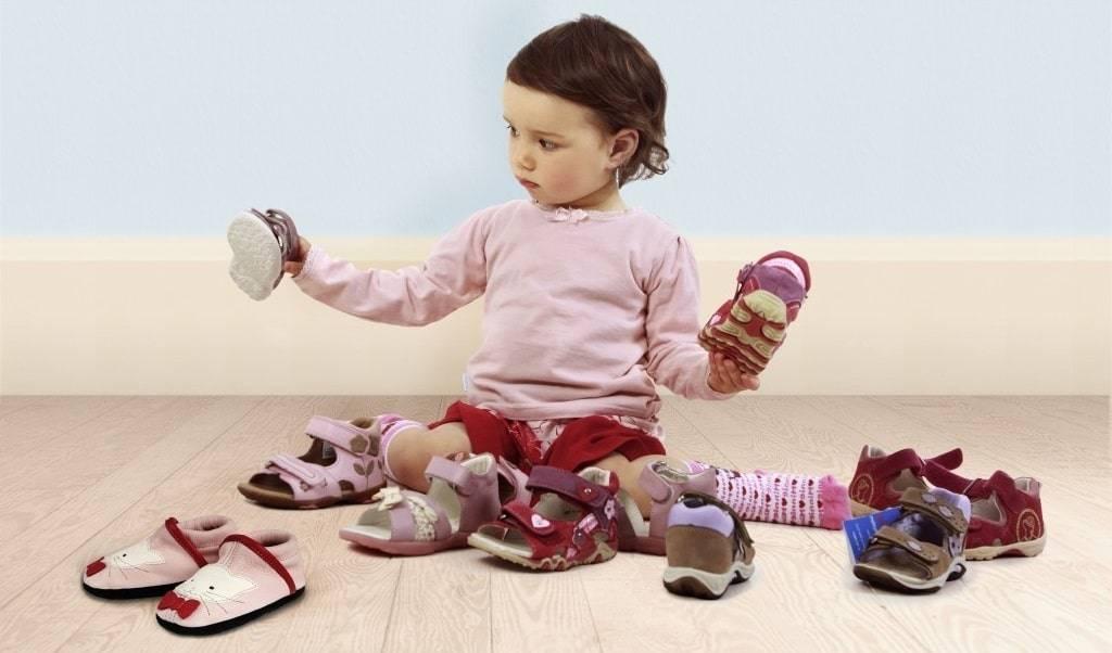 Обувь на первые шаги: как правильно выбрать модель для ребенка, начинающего ходить?