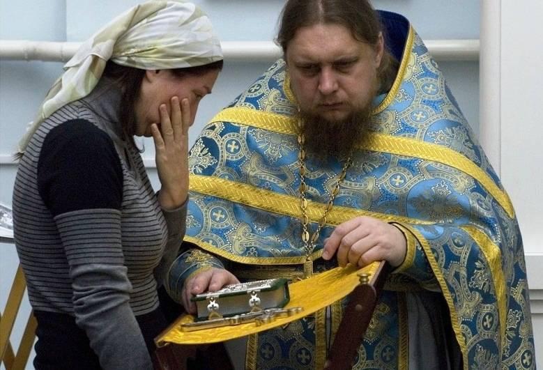 Можно ли женщинам причащаться и ходить в церковь во время месячных?