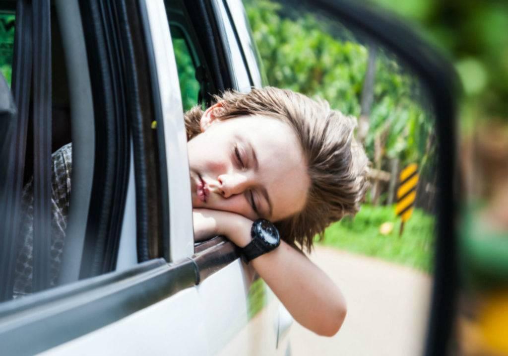 Почему ребенка укачивает в машине и что с этим делать?