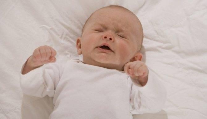 Вздрагивает во сне новорожденный. почему новорожденный малыш вздрагивает при засыпании и во сне: ищем причины в окружении ребенка