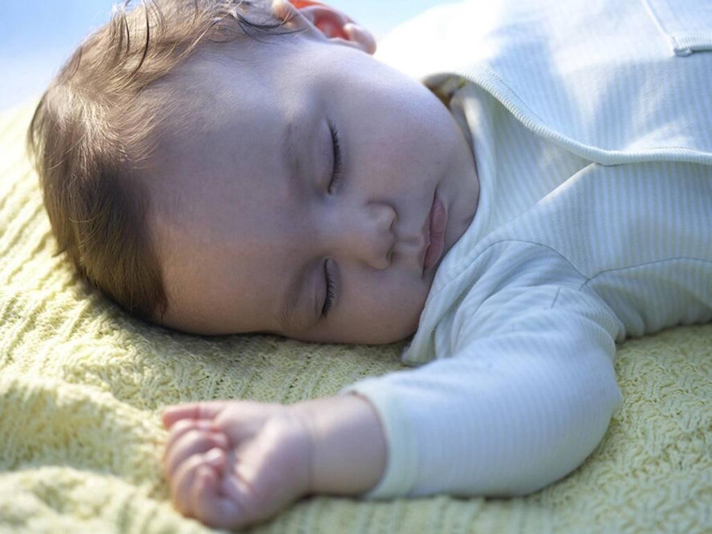 Почему новорожденный ребенок спит с открытыми глазами