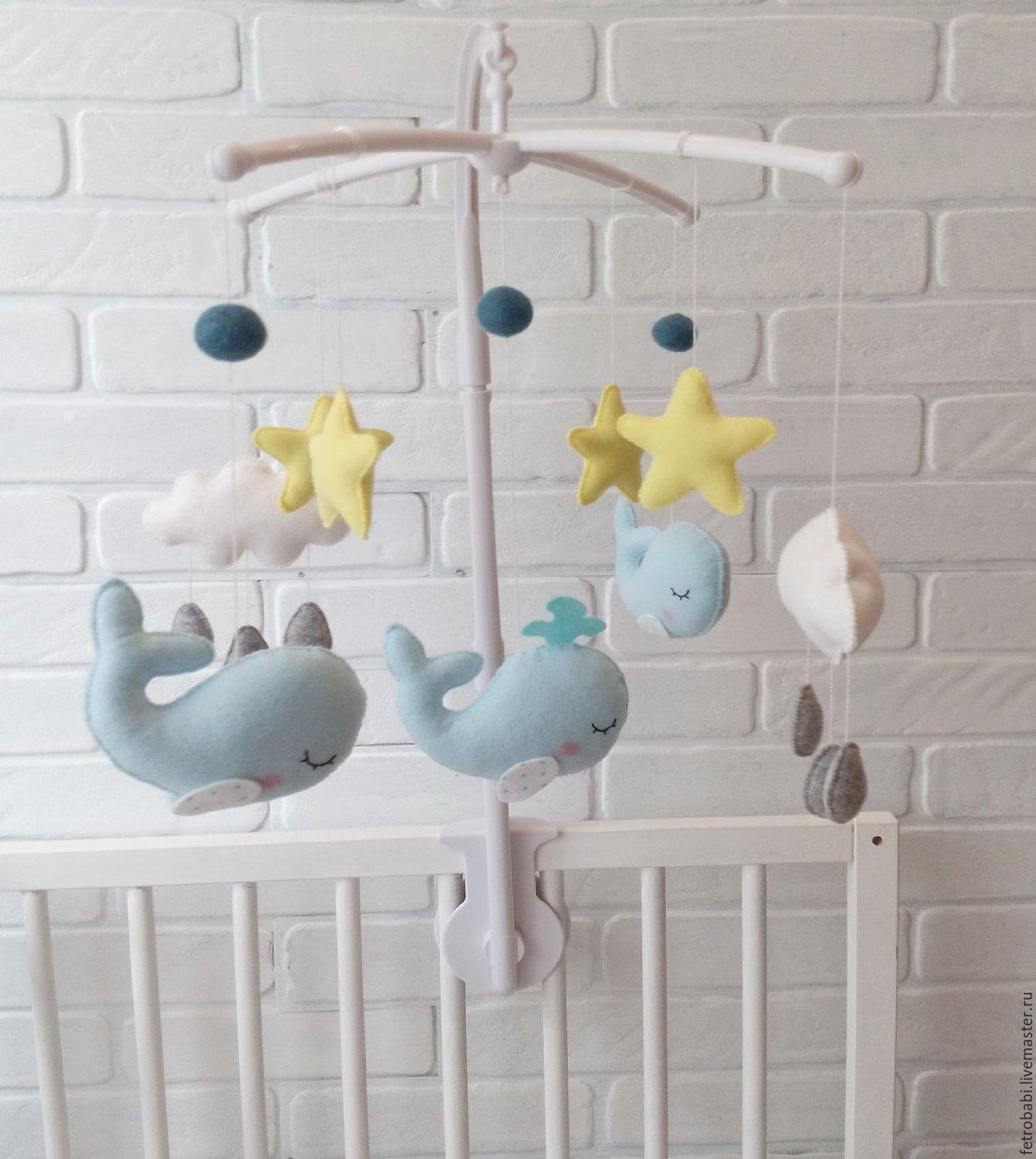Мобиль на кроватку для новорожденных своими руками: из фетра, вязаных игрушек, бумаги, искусственных цветов.