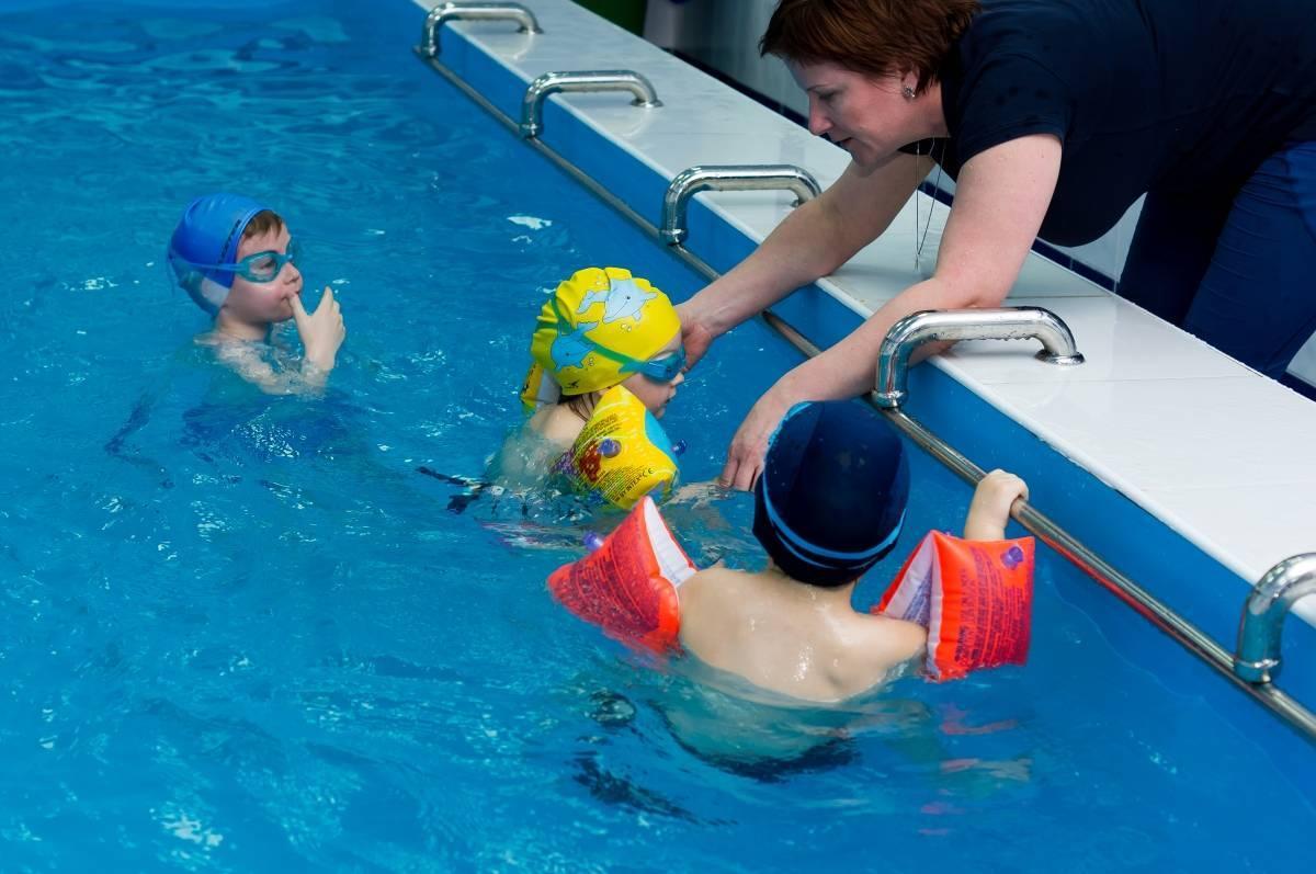 Как научить ребенка плавать ?: 3 способа обучения плаванию детей в бассейне