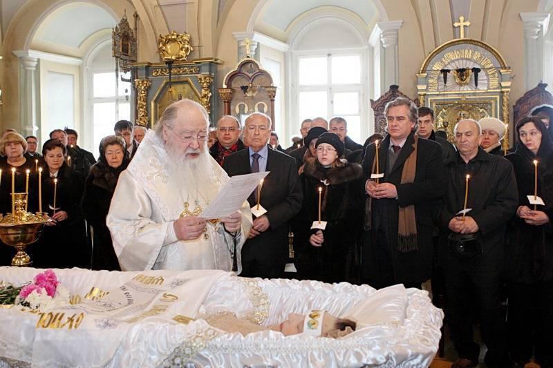 Можно ли в церковь с месячными: ответы священника о правилах посещения божьего храма