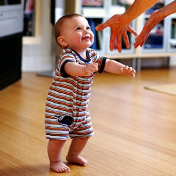 Маленькие ножки шагают по дорожке, или как научить ребенка ходить самостоятельно