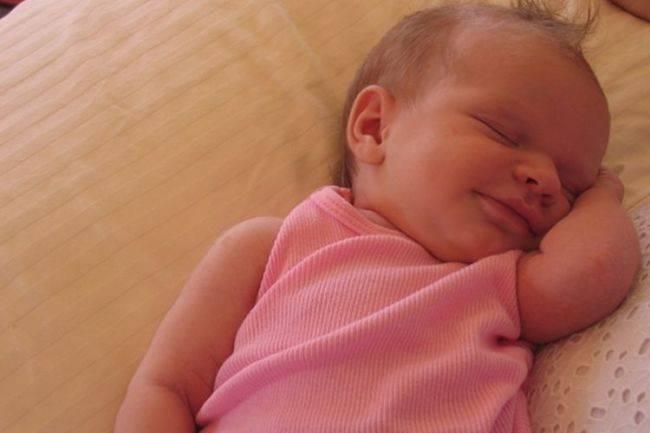 Новорожденный тужится и кряхтит во сне - всё о грудничках