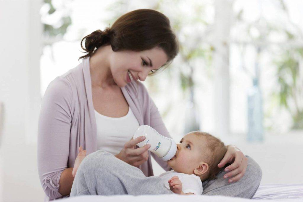 Как кормить новорожднного смесью из бутылочки выбор смеси подготовка и техника кормления
