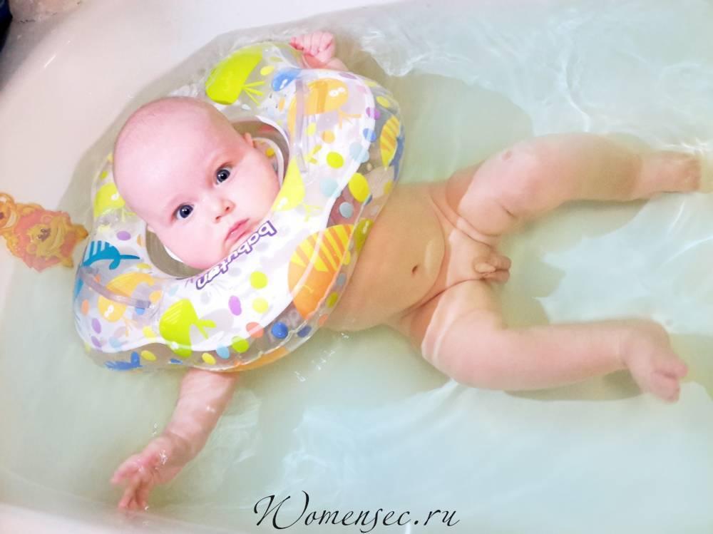 Круг на шею для купания для новорожденных: со скольки месяцев плавать, видео