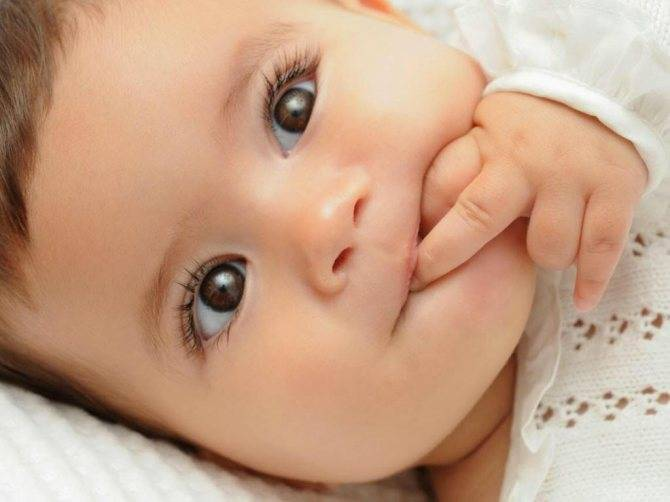 Когда меняется цвет глаз у новорожденных детей