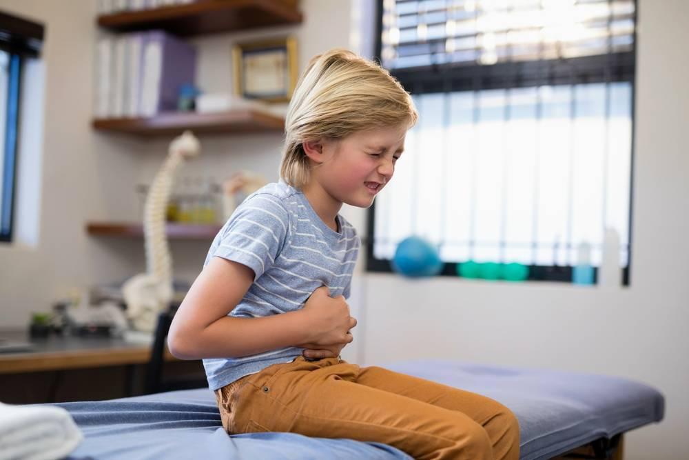 Боли в пупке у ребенка: симптомы, причины, что делать?