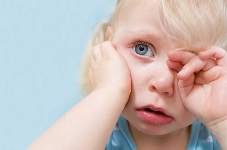 Ребенок стал тереть глаза? причины данного явления. способы лечения, и как правильно закапывать глазки