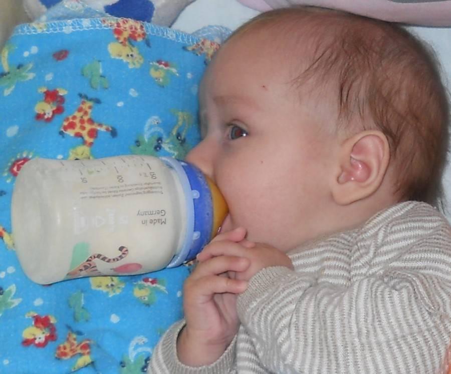 Почему ребенок срыгивает во время и после кормления?
