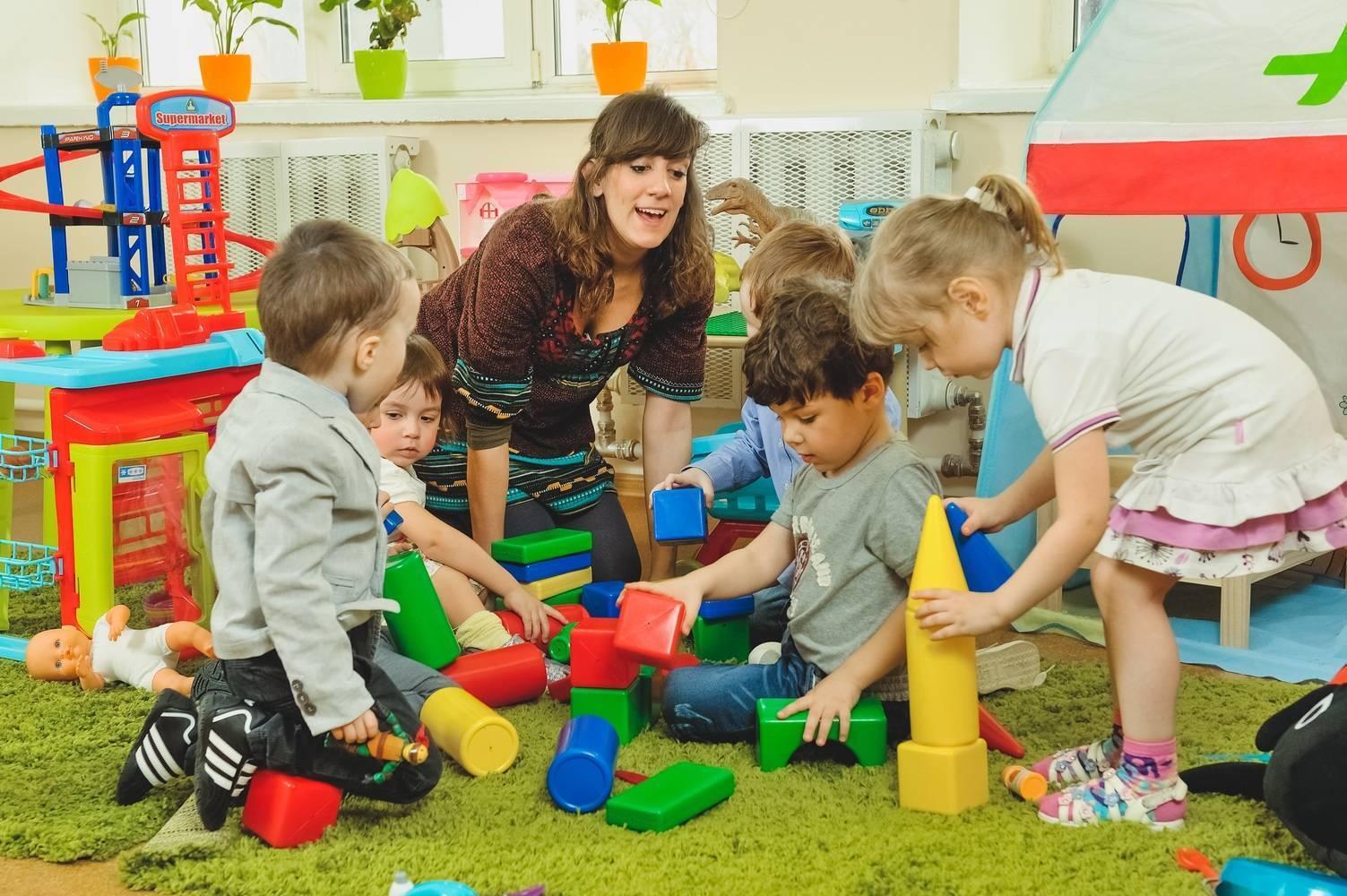 В каком возрасте лучше отдавать ребенка в детский сад, ясли: со скольки берут?