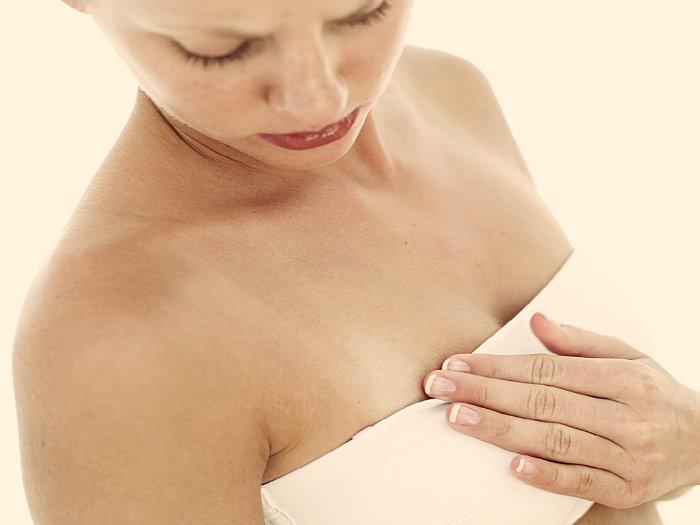 Почему набухает и увеличивается грудь перед месячными (менструацией), причины