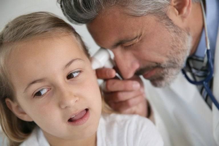 Болит ухо у ребенка: первая помощь в домашних условиях, чтобы снять боль