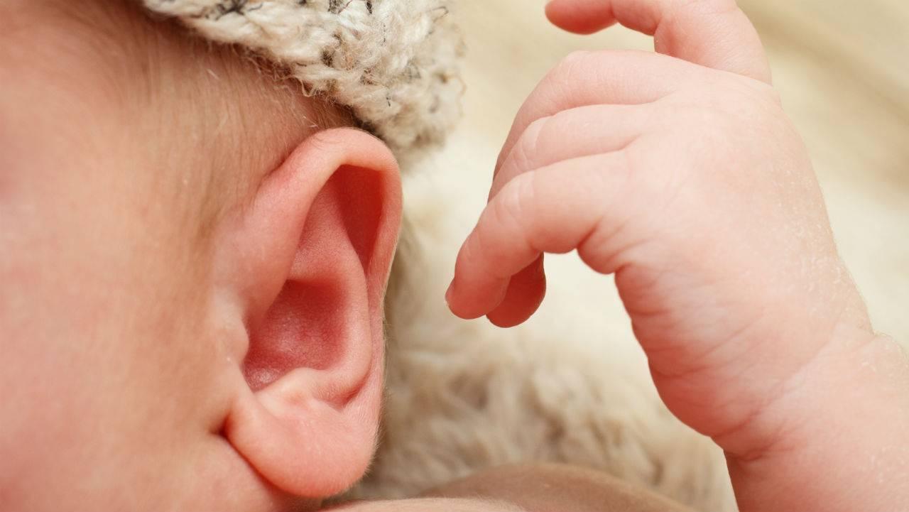 Ребенок чешет ухо: почему у грудничка постоянно чешется ухо в 4, 5, 6 месяцев, советы комаровского