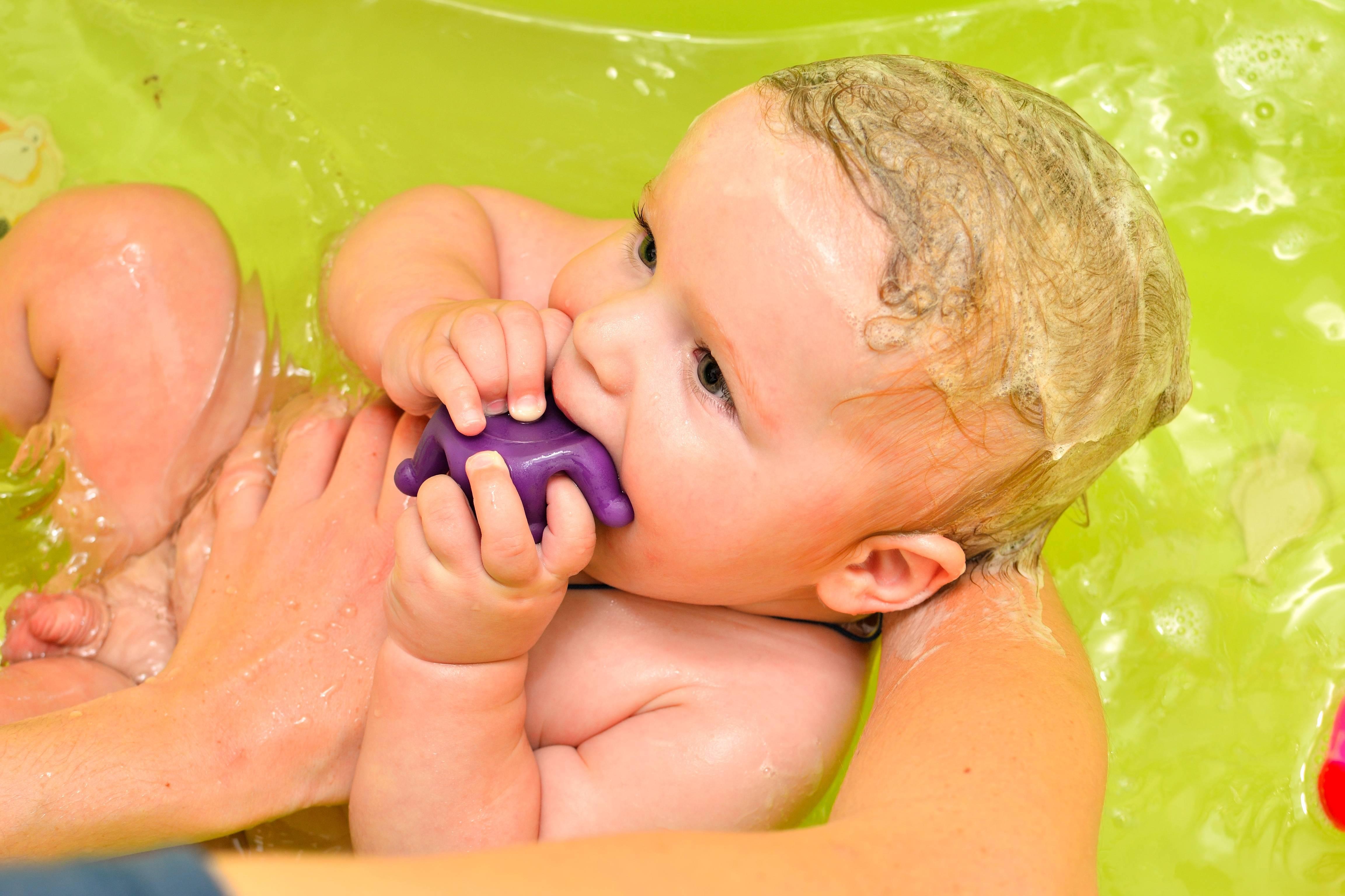 В какое время лучше купать грудничка и как правильно купать новорожденного ребенка первый раз • твоя семья - информационный семейный портал
