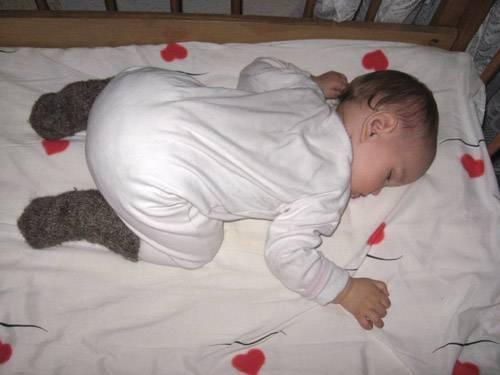 Если ребёнок спит кверху попой: опасность или норма такого поведения во время сна