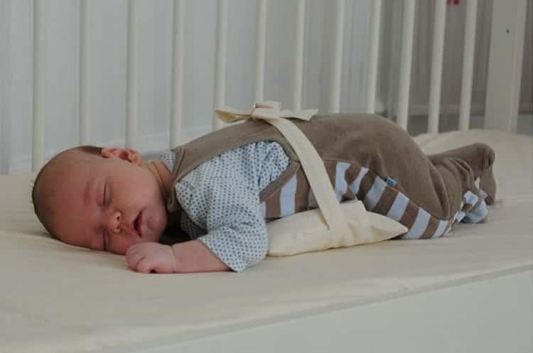 Грелка для новорожденного от коликов: как выбрать, виды грелок