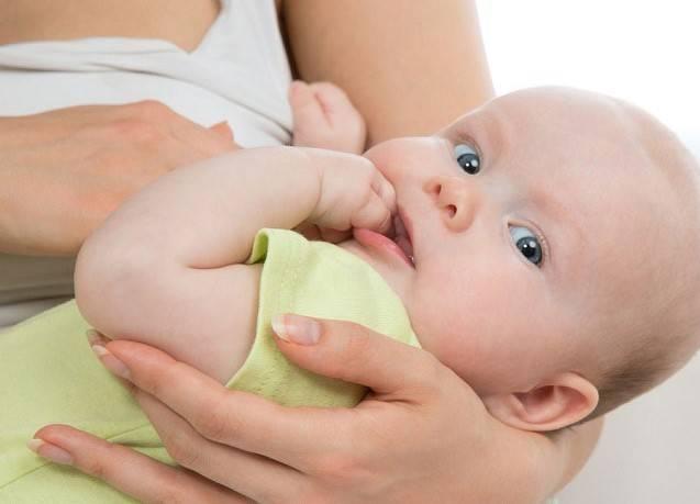 Почему новорожденный грудничок срыгивает фонтаном?