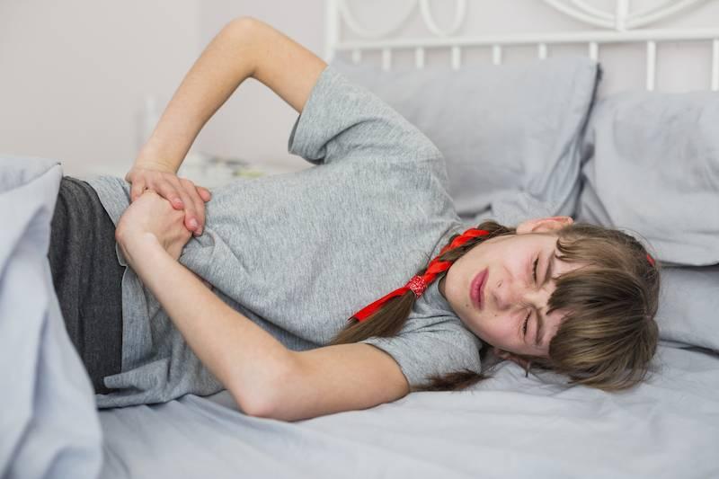 Почему у ребенка болит живот и повышена температура