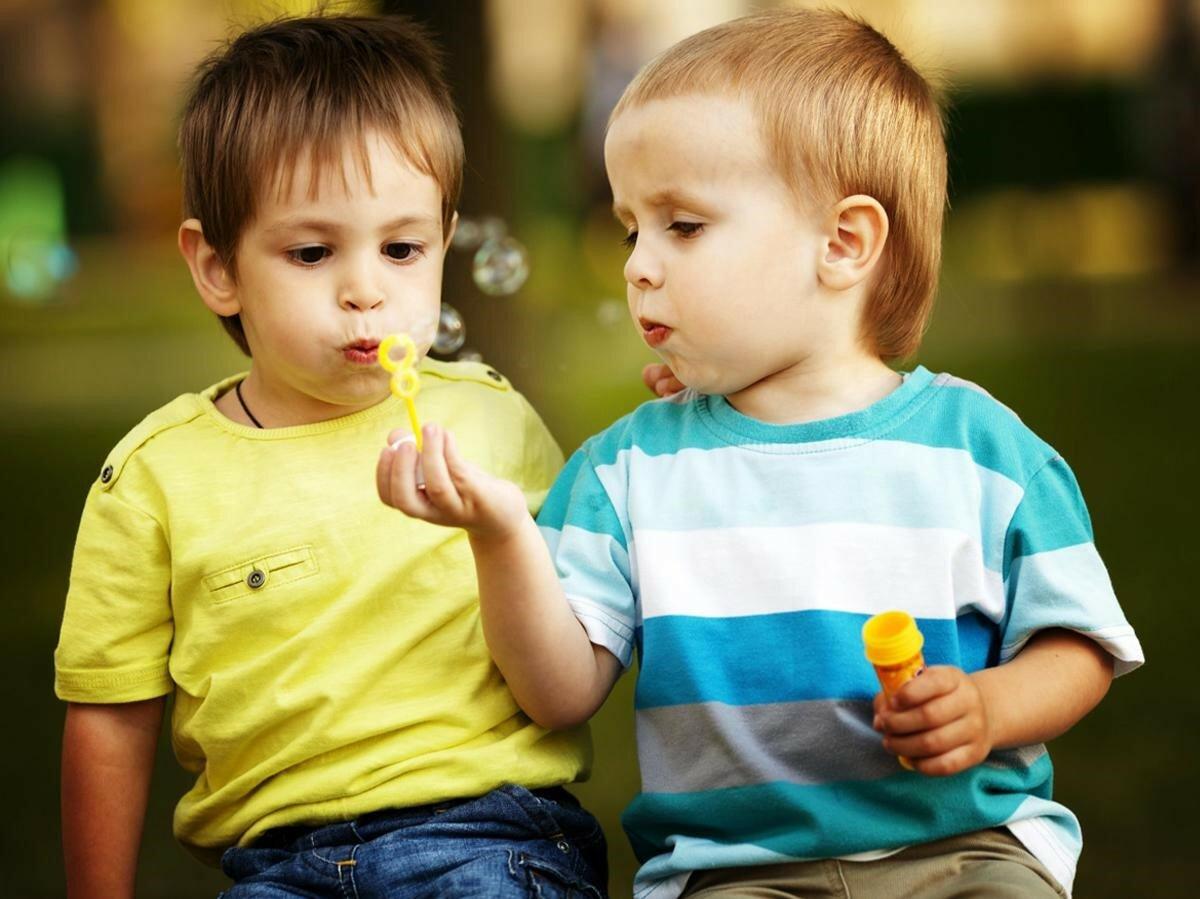 Как научить ребенка дружить: возрастные особенности общения школьников
