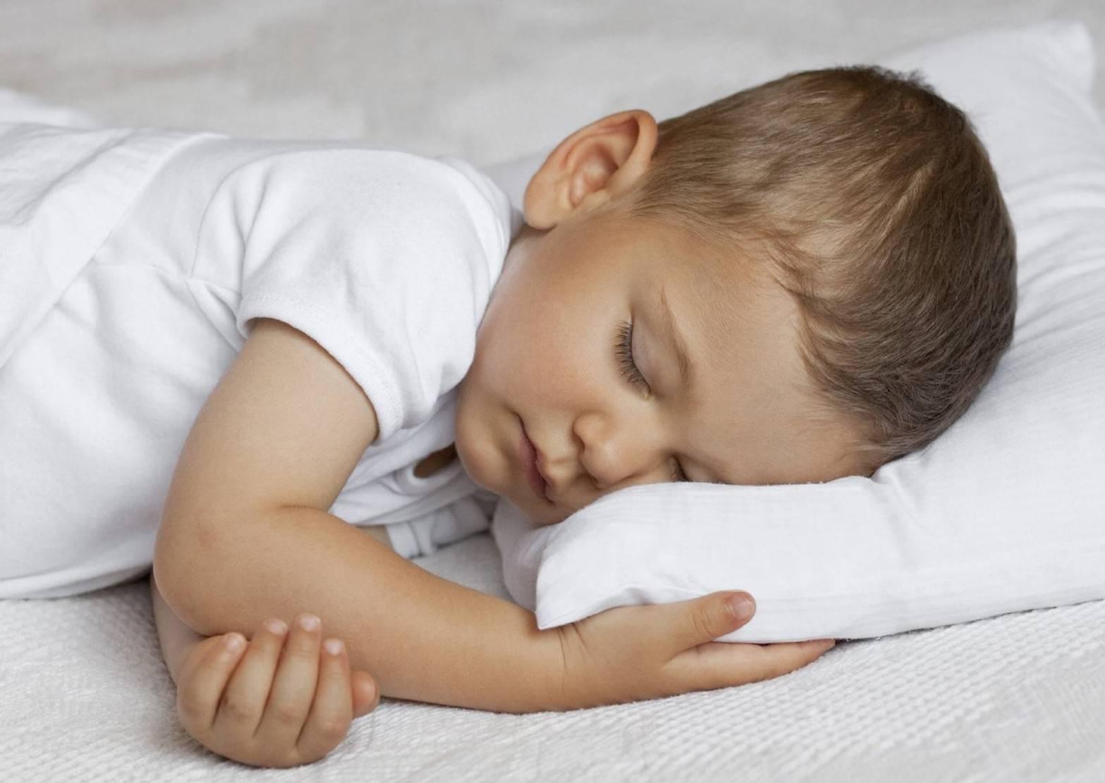Почему ребенок скрипит зубами во сне или днем (причины и помощь)