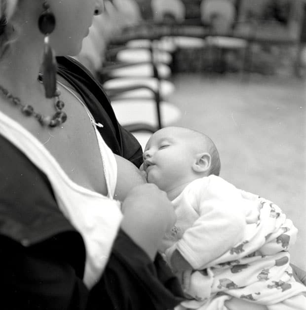 Нужно ли будить новорожденного для кормления?