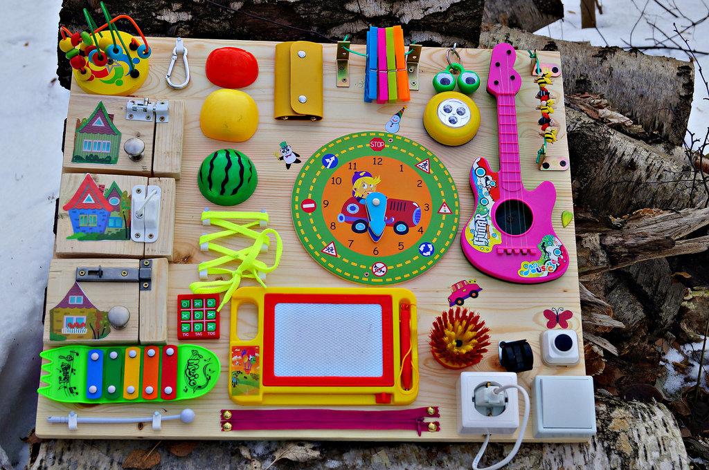 Бизиборд своими руками для мальчика, девочки. как сделать домик, двухсторонние развивающие доски для ребенка. с какого возраста, фото, мастер класс пошагово