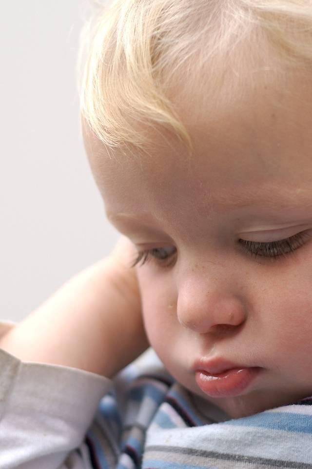 Почему ребенок теребит уши комаровский