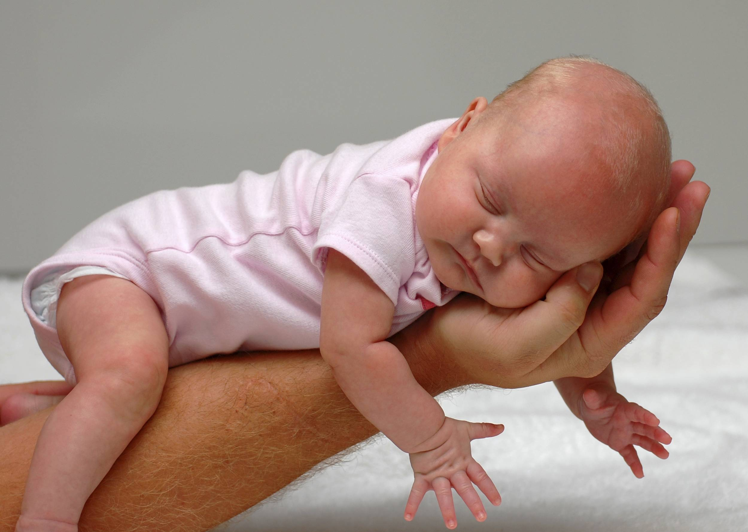 Как правильно держать новорожденного столбиком после кормления и зачем это нужно + фото