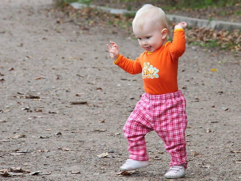 Как научить ребенка ходить: методики и советы педиатра, инструкция для родителей и полезные упражнения