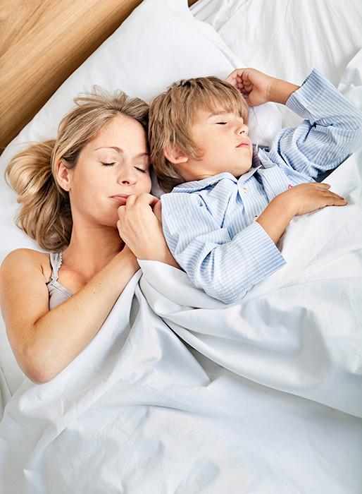 Отучаем малыша спать с мамой