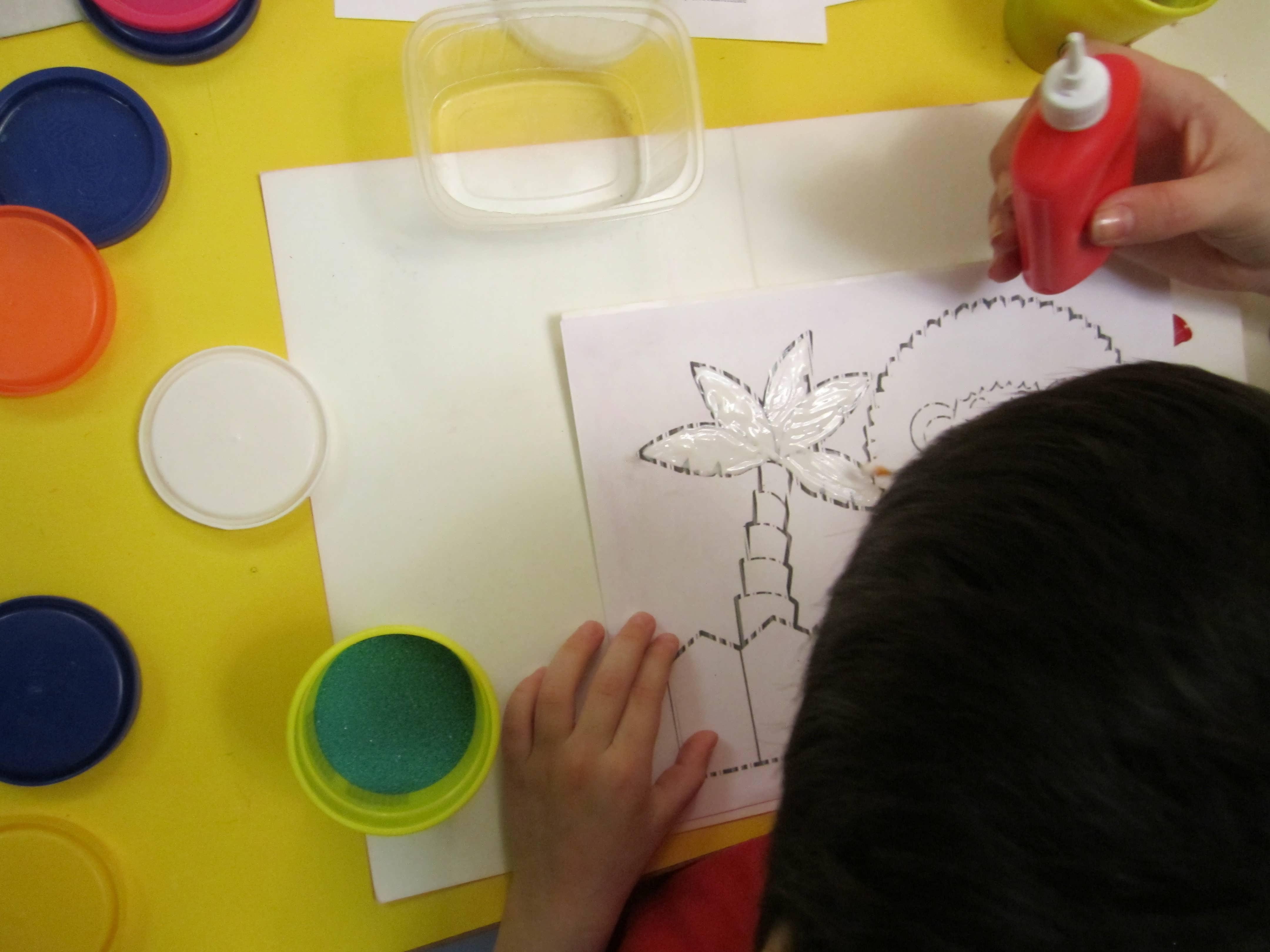Рисование песком для детей техника нанесения песка на