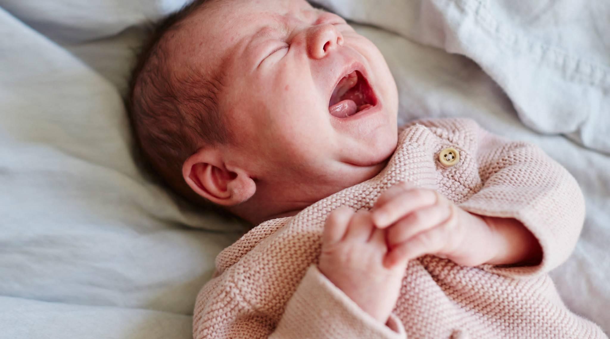 Новорожденный часто чихает: физиологический насморк у грудничка, другие причины