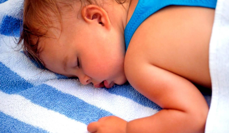 Ребенок во сне сильно потеет: причины и устранение