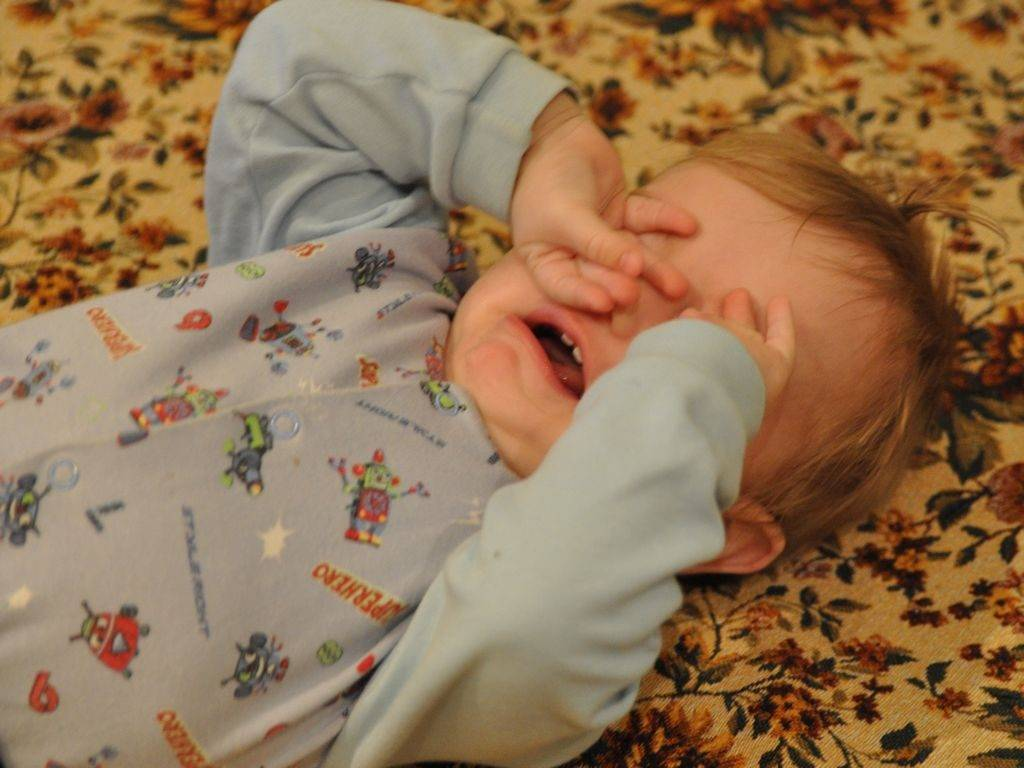 Ребенок хочет спать, но не может уснуть | уроки для мам