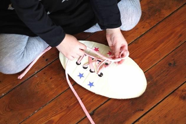 Как быстро и просто научить ребенка завязывать шнурки: нехитрые правила обучения. непослушный мой шнурок завязался в узелок, или как научить ребенка завязывать шнурки